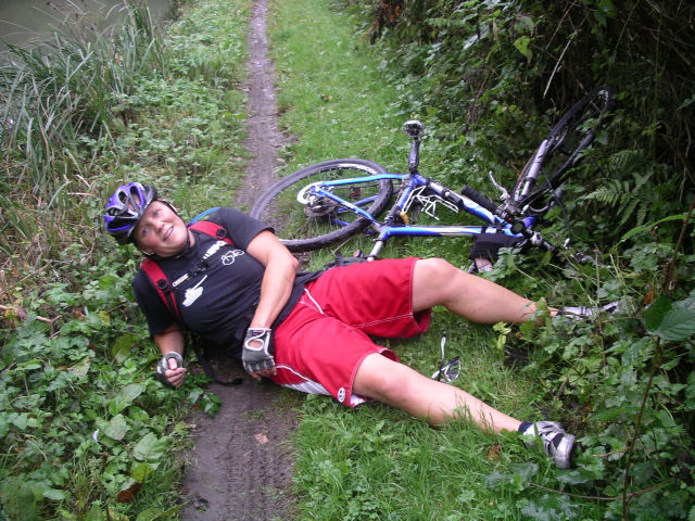 Beckie takes a tumble. Bath-Newbury bike ride, Oct 09